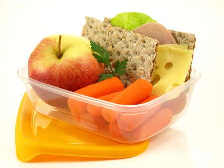 tentempi�: Para llevar comida en el recipiente en el fondo aislado Foto de archivo