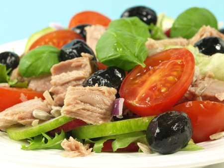 lowfat: Healthy eating - tuna salad with fresh vegetables