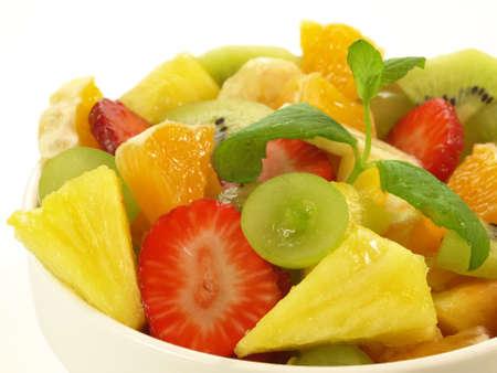 pi�as: Detalle de ensalada de fruta dulce en el fondo aislado
