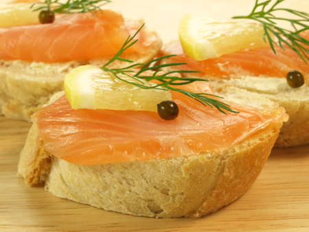 lowfat: Slices of bread with salmon and lemon