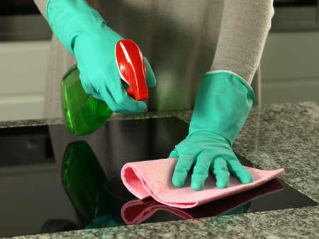 manos limpias: Manos de mujer de limpieza de la parte superior de los guantes de cocina
