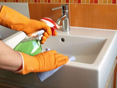 lavabo salle de bain: Maison de maintien: le nettoyage lavabo avec douchette
