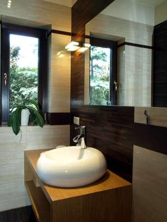 vessel sink: Equipamiento del ba�o: lavabo blanco original en el armario de madera