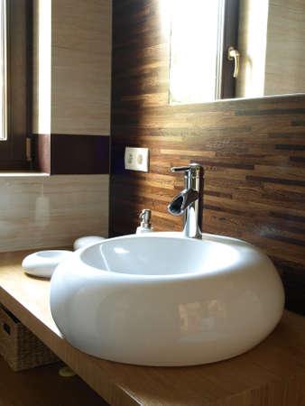 Модер интерьер ванной комнаты: оригинальная белая раковина Фото со стока