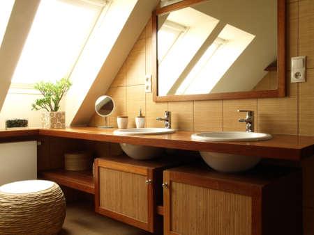 Dentro de la parte superior de la modernidad ba�o y el espejo photo