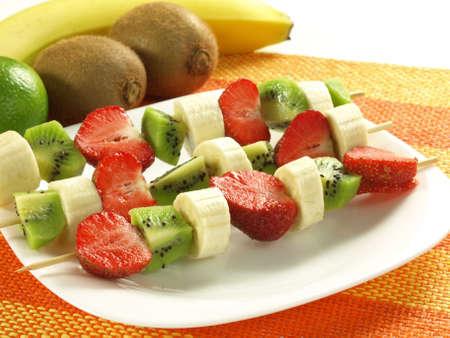 brochetas de frutas: Fresa, kiwi y el plátano en trozos kebab