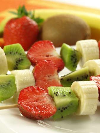 brochetas de frutas: Fresa, kiwi y plátano en pinchito de fruta, primer plano