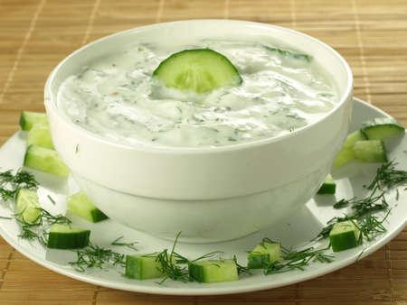 tzatziki: Saus met yoghurt en komkommer voor starter Stockfoto