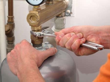 agd: Męskie dłonie przykręcenie zaworu kluczem
