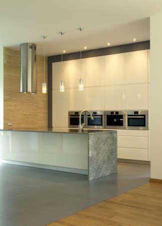 cuisine: Nouvelle cuisine moderne et lumineux avec �clairage Banque d'images