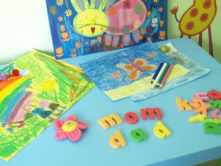 Tabla con pinturas, l�pices de colores y letras de colores Foto de archivo - 14608642