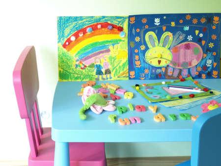 place for children: Colocar a los ni�os con juguetes de colores y pinturas Foto de archivo