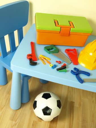 futbol infantil: Herramientas de pl�stico de colores en la mesa de los ni�os y el f�tbol