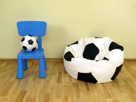 futbol infantil: Fútbol y una silla en una habitación infantil