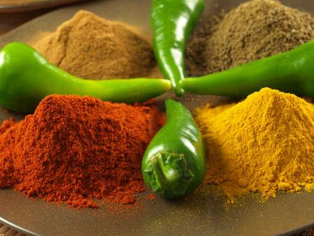 curry: Detalle de especias indias: pimienta, c�rcuma, comino y canela Foto de archivo