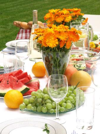 fiesta familiar: Mesa puesta para la fiesta de la familia en el jard�n Foto de archivo