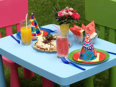 paper plates: Two set and cake for the children Stock Photo