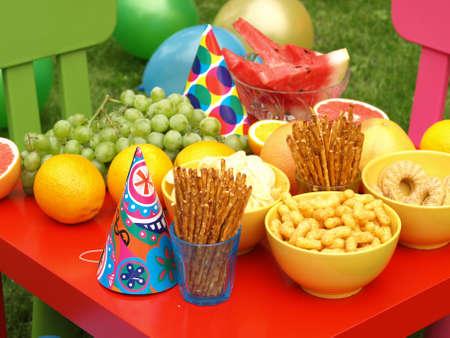 庭で子供のパーティーのためのカラフルな機器