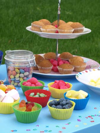jardin de infantes: Kinder fiesta en el jardín con coloridas Swets