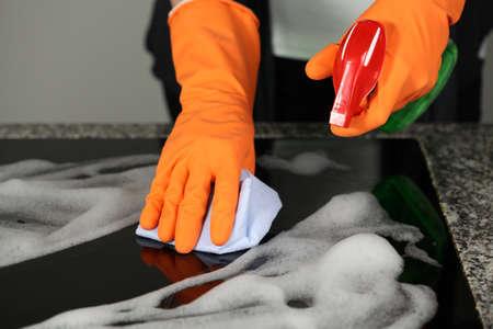Closeup der Hände in Handschuhe mit einem Spray Standard-Bild