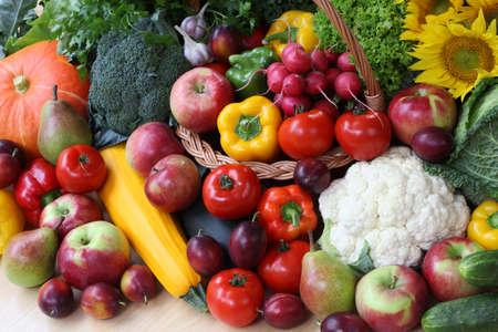 canastas con frutas: Primer plano de verduras coloridas en el puesto del mercado