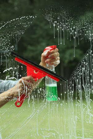 mujer limpiando: El mejor equipo para la limpieza de ventanas, tareas del hogar
