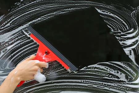 cleaning window: Detergente speciale e rosso seccatoio grande nei lavori domestici Archivio Fotografico