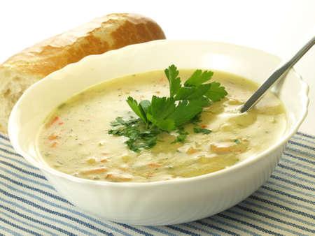 comiendo pan: Porci�n de la sopa de verduras casero con el rodillo, aislado Foto de archivo