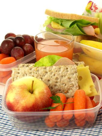 lunchen: Lunch box en gezond voedsel op geïsoleerde achtergrond Stockfoto