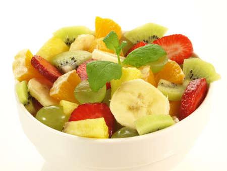 ensalada de frutas: Los pedazos de frutas en un recipiente en el fondo aislado
