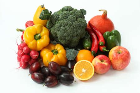 verduras: Pila de frutas y verduras en el fondo aislado