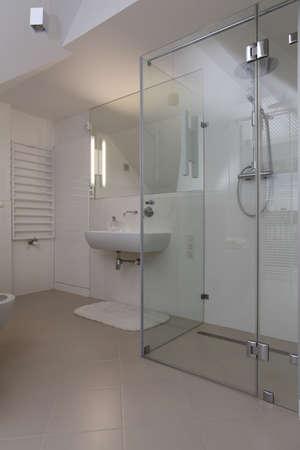 bathroom tiles: Luminoso bagno moderno con doccia in vetro