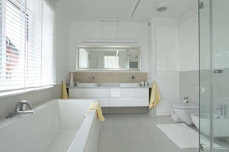 cuarto de ba�o: Cuarto de ba�o interior en casa moderna y con estilo