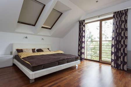 curtain design: Elegante e moderna camera da letto con balcone