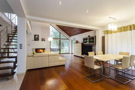 Planta baja de casa moderna con suelo de madera Foto de archivo