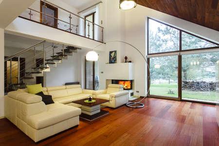 case moderne: Designer casa con soggiorno mezzanino e spaziosa Archivio Fotografico
