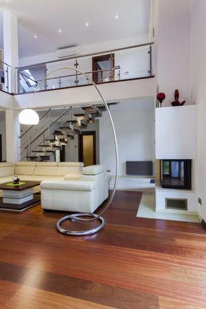 Стильный интерьер большой современный дом Фото со стока