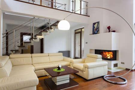 chambre luxe: Grande salle de s�jour avec un canap� confortable et lumineux Banque d'images