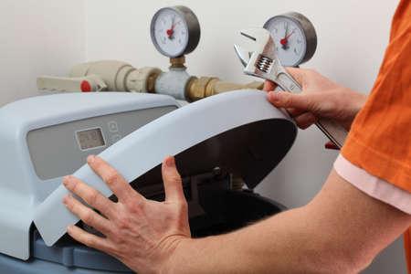 spotřebič: Oprava změkčovač vody, instalatér s klíčem Reklamní fotografie