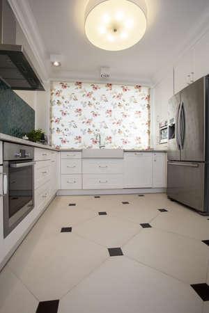 azulejos cocina: Interior de la cocina con las persianas floreadas Foto de archivo