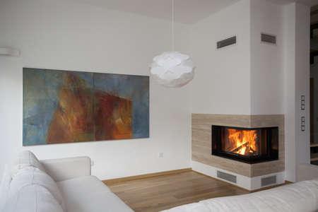 sala de estar: Chimenea en el sal�n luminoso y contempor�neo