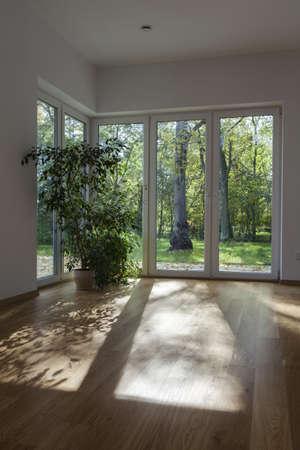 overlooking: Las enormes ventanas y las puertas de un jard�n