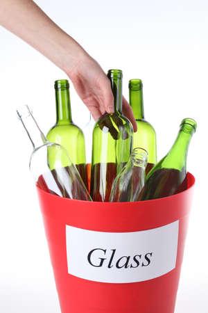 reciclable: Poner botellas de vidrio vacíos en la cesta de reciclaje