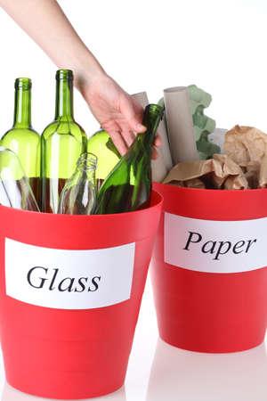 recycle bin: Reciclaje: contenedores de vidrio y papel para reciclar