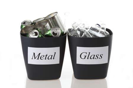 reciclable: Metal y vidrio papeleras de reciclaje en el fondo aislado