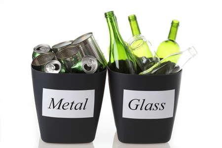 reciclable: Cestos de reciclaje con basura: vidrio y metal Foto de archivo