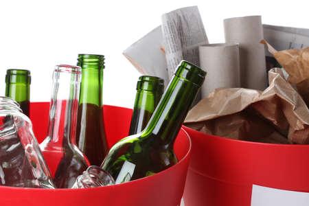 reciclable: Reciclaje de basura: botellas de vidrio y papel, primer plano