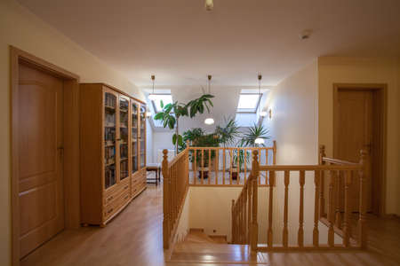 Escaleras de madera, puertas y estantes en el ático