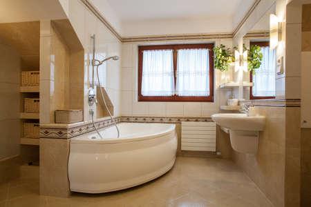 salle de bains: Int�rieur Salle de bain contemporaine, grande baignoire et fen�tre Banque d'images