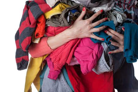 lavanderia: Mujer que sostiene una enorme pila de ropa Foto de archivo
